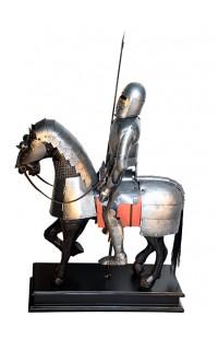 Композиция декоративная Крестоносец на коне в металлических доспехах.
