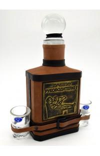 Набор графин в натуральной коже с тиснением c 2 рюмками Лучшему руководителю.